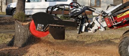 Fréza na pařezy s hydraulickým pohonem pro zavěšení na stavební stroj FZ 465