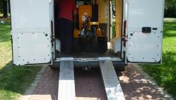 Fréza na pařezy na pásovém podvozku s robustní základnou.  P 50 RX